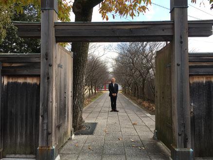 京都から特急で30分、「西ノ京」駅からすぐの門です。ここも入ると気持ちいい空間です。