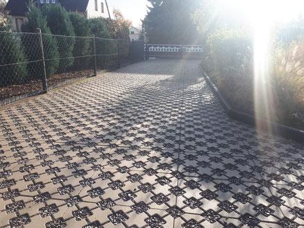 Einfahrt aus Rasengittersteinen inkl. Donaukies hergestellt durch GreenFairway e.K.