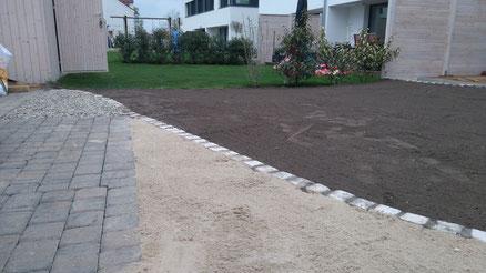 Kombination Travertin in organischer Form (freie Gestaltung), Sandkasten, vorbereitete Fläche für Rollrasen / Fertigrasen und einer Kiesfläche