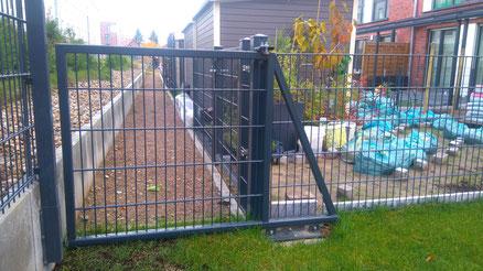 Zaunbau: Gartenschiebetor in Doppelstabmattenausführung