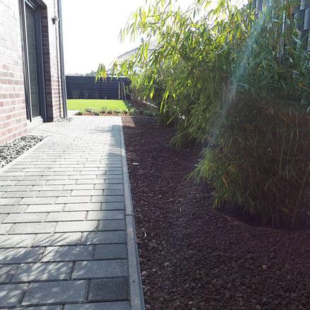 Lavadur als Rindenmulchersatz in eineem neu angelegtem Beet: hier Gräser; Gartengestaltung Hannover