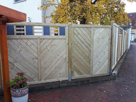 Zaunbau aus Holz in Hannover, Isernhagen, Burgwedel; hier mit Holz in Verbindung Kassetten aus Schiefer von GreenFairway e.K.