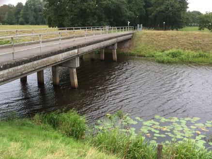 Wieder eine heiße Räuberzone. Eine der vielen Brücken über den Sauteler Kanal. Hier am Meedeweg.