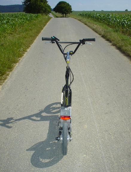 e-HYBRID-Roller m. 6 km/h e-Motor (Hilfe bergauf). Downhilltests mit Skate bis 48,5 km/h 1a fahrstabil (Erfinder traut sich auf Fahrrad kaum > 25 km/h)