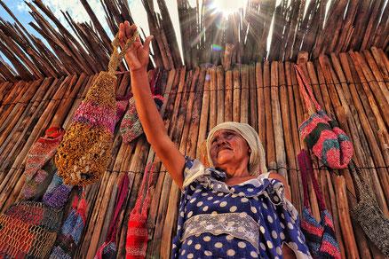 Mujer vendiendo los bolsos hechos/ Foto: Lismary Machado Uliana