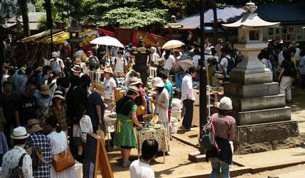 月1回の雑司ヶ谷 鬼子母神境内での市の風景。