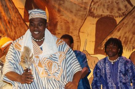 Tobi Voli contant et ses musiciens danseurs