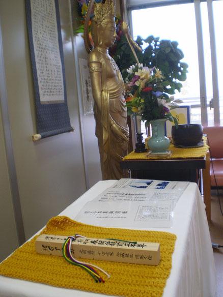 7年に一度の善光寺御開帳の「回向柱」。ご本尊の分身「前立ち本尊」とつながっています