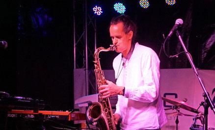DJ und Saxophonist Für Event buchen www.sax-and-dj.com DJ Saxophon buchen für eine volle Tanzfläche bei Event oder Party   Professioneller Live-Saxophonist für Hochzeit und Firmenfeier.