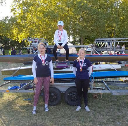 Fabio Scholz, zweifacher Hessenmeister über 500m und 200m, Lenette Protsch, Zweitplatzierte in Schüler A14 und Lorena Stölzner, Drittplatzierte in Schüler A14