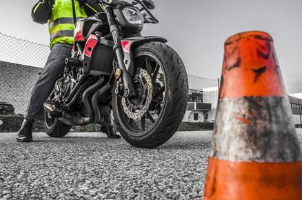 Grundfahraufgaben mit dem Motorrad üben