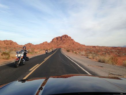 Frau auf einem Motorrad während der Führerscheinausbildung