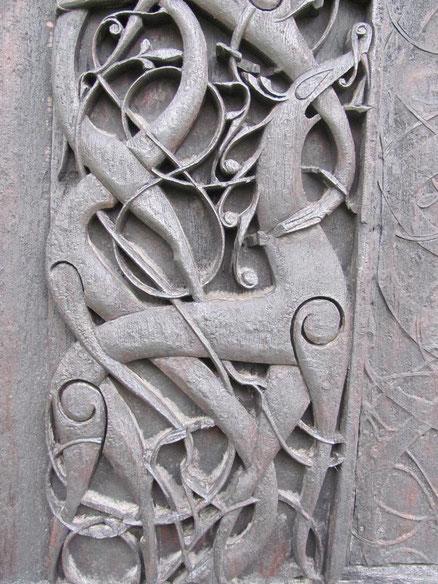Détail d'un bas relief en bois à l'extérieur