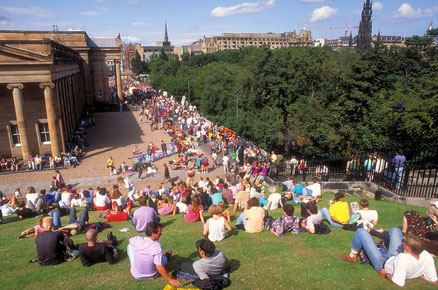 Festival d'Edimbourg - Crowds outside the National Art Gallery at The Festival, Edinburgh