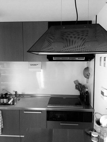 キッチンカウンター上の照明を、ボンデロップ&ソーラップの「SEMI」から、三原昌平の「TRIMESH」にチェンジした。