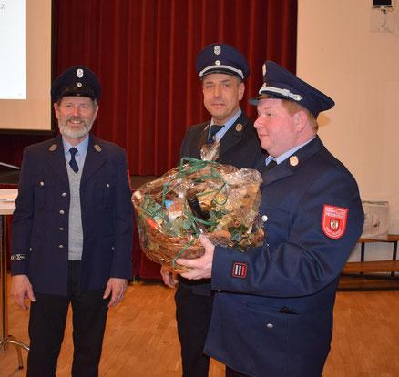 Josef Karl, genannt nach seinen Hofnamen Seil Sepp, wurde durch Kommandant Markus Mende und seinen Stellvertreter Georg Schachtner mit einem Geschenkkorb nach 45 Jahren Feuerwehrdienst verabschiedet.
