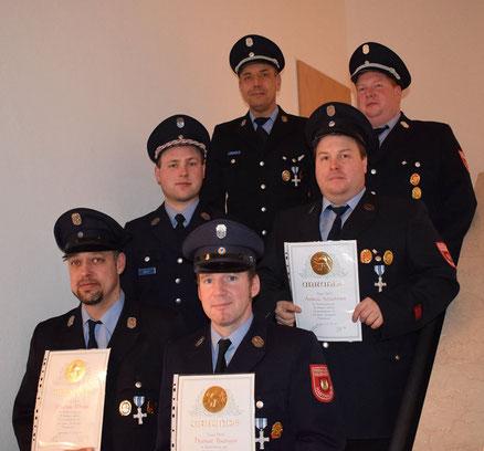 25 Jahre Dienst bei der Feuerwehr(von links) Mathias Mende, Herbert Baumann jun. und Andreas Schachtner mit Vorstand Peter Voit, Kommandant Markus Mende und Stellvertreter Georg Schachtner