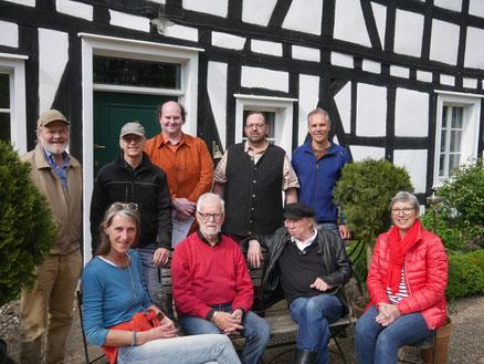 Die WiWa-Gründungsmitglieder vor Haus Schladern