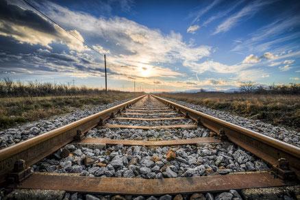 De lijnen van de rails trekken je oog naar de horizon