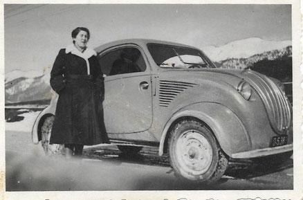 Die Landärztin Dr. Leopoldine Girtler mit dem 1. Auto einem Steyr-Baby mit Volkswagenmotor 1950 auf Krankenbesuch in Oberweng bei Spital am Pyhrn