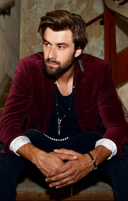BEHERO Designer Halskette aus matt schwarzem Onyx getragen von Niklas Schnitzlein