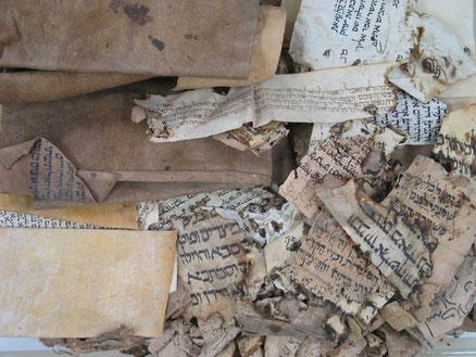 La synagogue Ben Ezra célèbre pour sa guéniza dans laquelle on a retrouvé les palimpsestes de la traduction d'Aquila : AqBurkitt contenant un passage des Rois et AqTaylor contenant un passage des Psaumes. Les deux contiennent le Tétragramme du Nom divin.