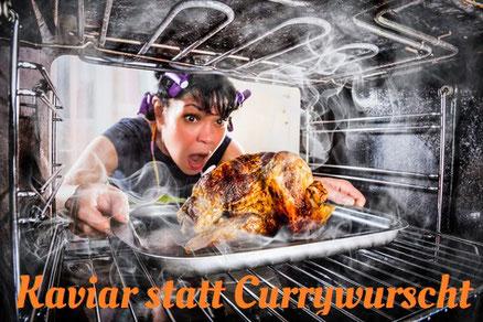 Frau zieht entsetzt ein verbranntes Brathänchen aus dem Ofen. Dazu der Titel: Kaviar statt Currywurscht