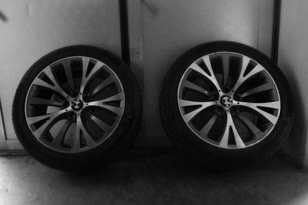 Zwei BMW Pneus an Garagentor angelehnt