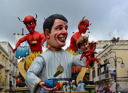 Carri allegorici con caricature politici, chiesa e attualità