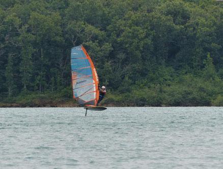 Alexis Marechal navigue avec son winfoil Aeromod 2020 pré-série au lac de la Ganguise