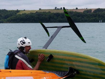 Alexis Marechal part à l'eau avec son winfoil Aeromod 2020 pré-série au lac de la Ganguise