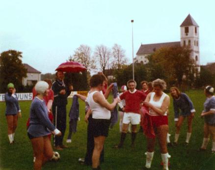 Freundschaftsspiel einer Herren – und Damenmannschaft der Bösen Buben anlässlich des Wiesenfestes Ende der 70ér Jahre