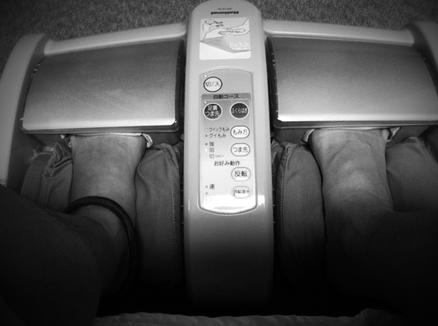 5~6年は使ってるマッサージ器。 よく使うのでだいぶくたびれてます、。(汗)    忙しい日の後は、僕の足もくたびれてるので、足裏マッサージ器で疲れを取ります。 朝にはほぼ完治! さ~て今日も一日がんばるぞォ!