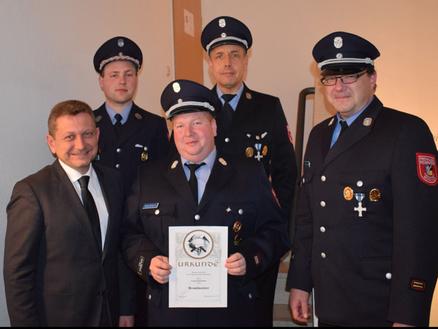 Der Stellvertreter wurde zum Brandmeister ernannt. (von links) Bürgermeister Klaus Korneder, Stellvertreter Georg Schachtner, Kreisbrandmeister Markus Hardi, Vorstand Peter Voit und Kommandant Markus Mende