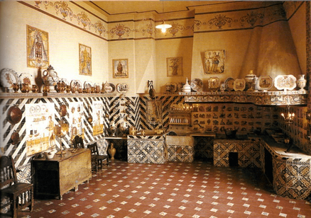 """Museo Nacional de Cerámica González Martí: Cocina valenciana reconstruida con elementos auténticos """"Palacio Marqués de Dos Aguas""""."""