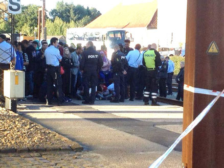 """""""Politiet har adskilt os aktivister fra de flygtninge, vi er kommet for at hjælpe..."""""""
