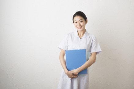 立っている女性薬剤師の画像