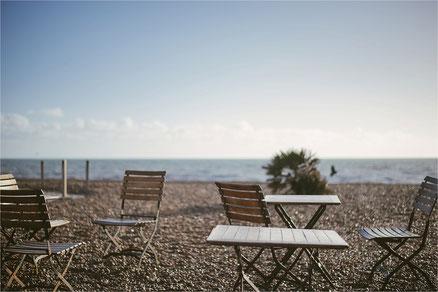 Stühle am Meer