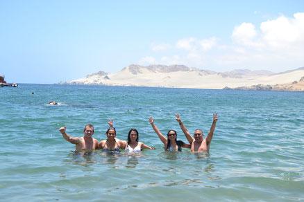 Ryan, Marcela, yo, Romina y Tello helándonos en el agua