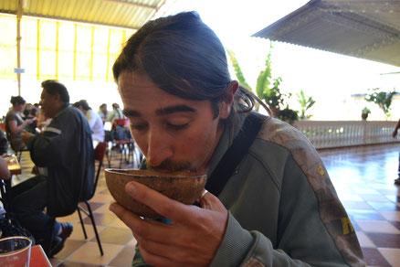 David probando la chicha boliviana