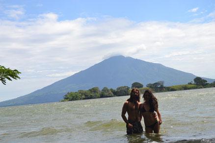 A nadar! Detrás el volcán.