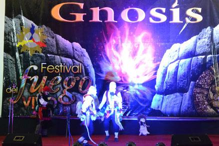 Dos de los danzantes usando el látigo, el muñeco de trapo a la derecha
