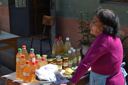 Mujer de la comunidad vendiendo los productos locales