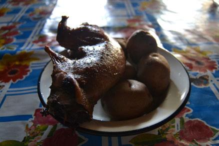 Cuy al horno con papas.