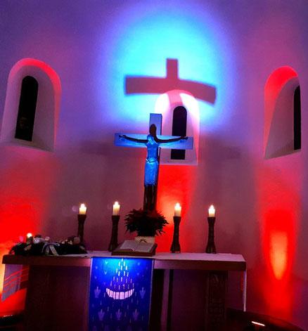 Beleuchtetes Altarkreuz in der Dorfkirche Alt-Mariendorf beim Offenen Gospelsingen am 06.12.2018