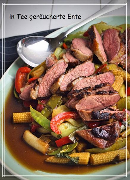 selbst in Teerauch geräucherte Entenbrust auf Wokgemüse mit Erdnuss-Sauce