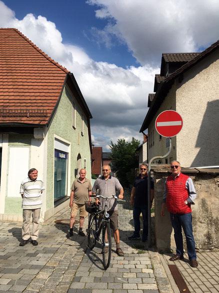 """""""Kleiner Aufwand-große Wirkung!"""" hofft Stadtrat Hans Glatzl(rechts) Mit einem Freigabeschild an der Einfahrt zur Berggasse will das BFB den Weg für Radfahrer öffnen."""