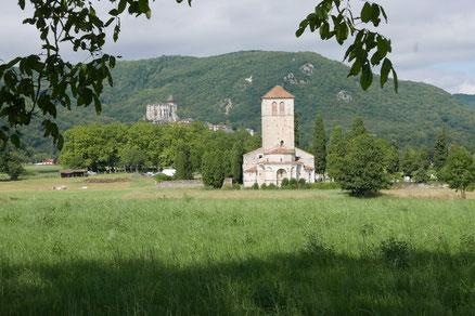 Vue Générale : St-Just de Valcabrère au 1er plan, St-Bertrand au sommet de la colline et le piémont pyrénéen