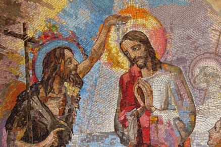 Taufe Jesu durch Johannes den Täufer auf einem Mosaik