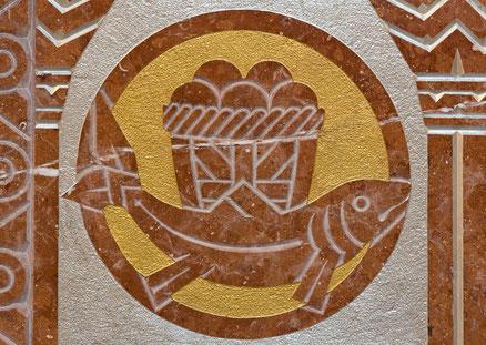 Relief mit Fisch und Brot in der Karmeliterkirche in Dobling/Österreich in Erinnerung an die wunderbare Brotvermehrung.